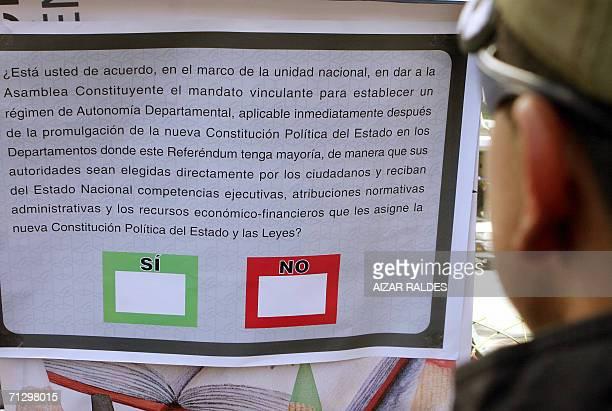 Una persona observa una papeleta ampliada de la opcion de voto del Referendum Autonomico el 26 de junio de 2006 en una centrica calle de La Paz La...