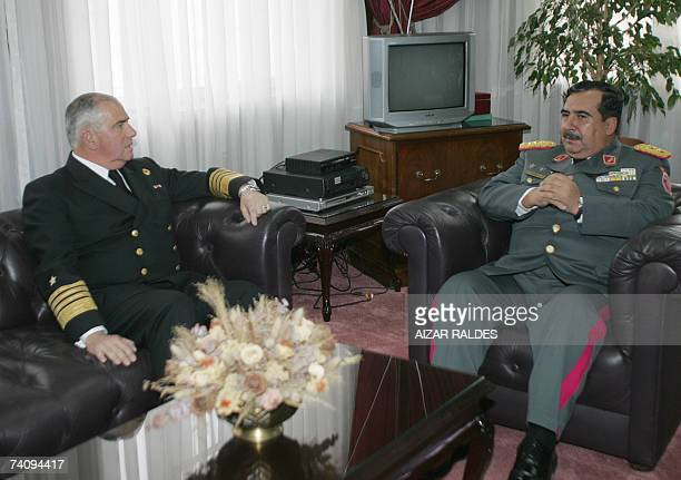 Wilfredo Vargas comandante en jefe de las Fuerzas Armadas de Bolivia conversa con el almirante Rodolfo Codina, jefe de la marina de Chile, el 07 de...