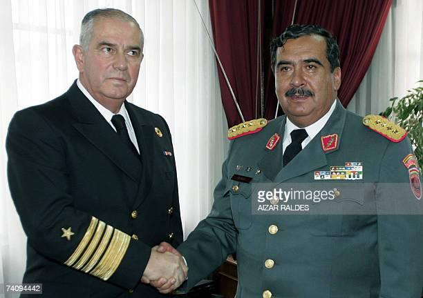 Wilfredo Vargas comandante en jefe de las Fuerzas Armadas de Bolivia saluda al almirante Rodolfo Codina, jefe de la marina de Chile, el 07 de mayo de...