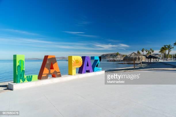 la paz-schriftzug an strandpromenade - halbinsel niederkalifornien stock-fotos und bilder