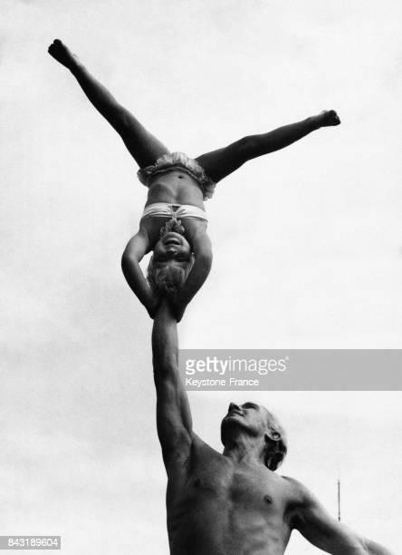La petite Eva Tovarich âgée de 5 ans se tient sur la tête sur le poing de son père également acrobate de cirque le 28 juin 1947 à Edimbourg RoyaumeUni