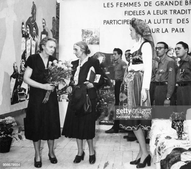 La physicienne et Prix Nobel de chimie française Irène JoliotCurie au stand des femmes anglaises lors de sa visite d'une exposition consacrée à la...