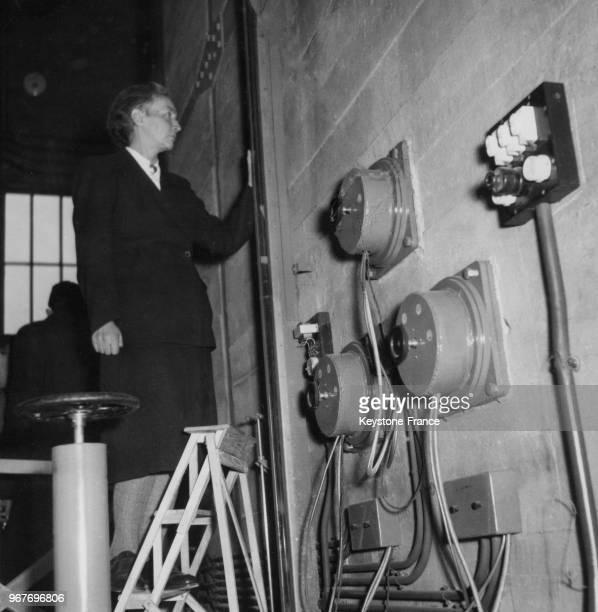 La physicienne et Prix Nobel de chimie française Irène JoliotCurie mesure l'eau lourde lors de la présentation à la presse de la pile Zoé au Fort de...