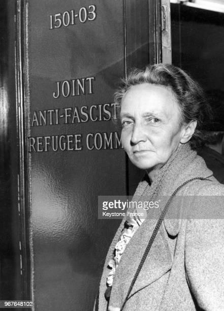 La physicienne et Prix Nobel de chimie Irène JoliotCurie arrive à une conférence au centre des réfugiés antifascistes espagnols le 22 mars 1948 à New...