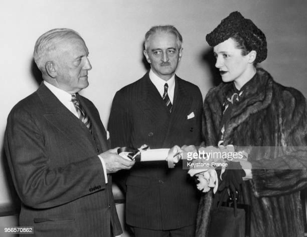 La pianiste et journaliste Eve Curie reçoit le plan de la ville de Philadelphie des mains de John Neeson directeur des propriétés publiques à...