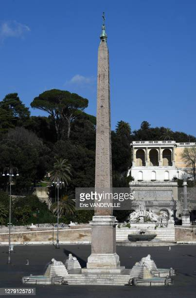 La piazza del Popolo surplombée par la terrasse du Pincio, au centre obélisque égyptienne déserte suite aux mesures de confinement mises en place par...