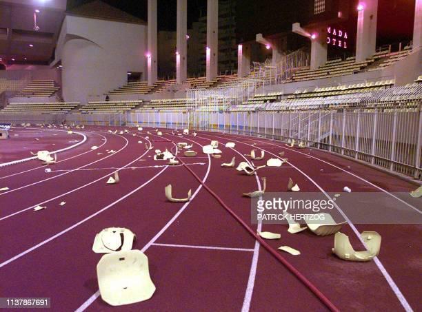 la piste d'athlétisme du stade Louis II à Monaco est jonchée de siège le 28 février à l'issue de la rencontre ASMonacoOlympique Marseille comptant...
