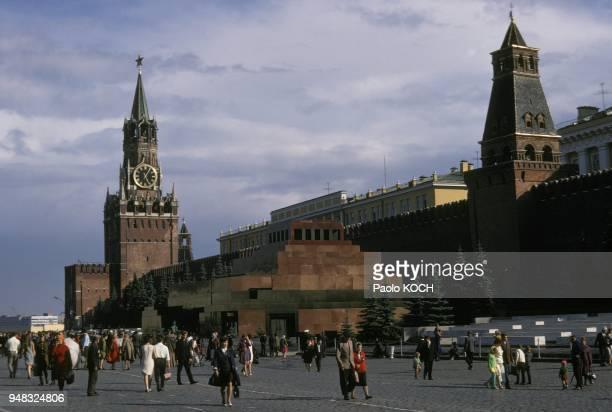 La place Rouge avec le mausolee de Lenine et le Kremlin en septembre 1968 a Moscou en Russie