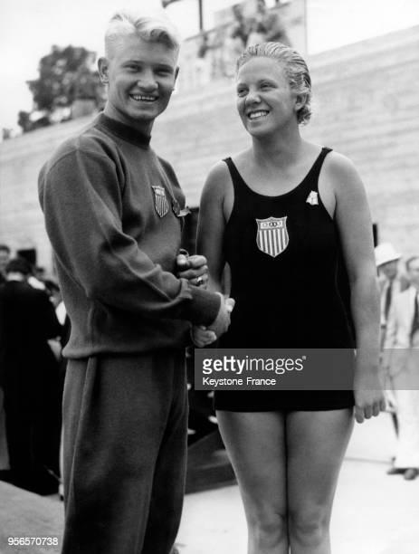 La plongeuse américaine Georgia Coleman médaille d'or du plongeon tremplin à 3 mètres est félicitée après son exploit par le champion olympique de...