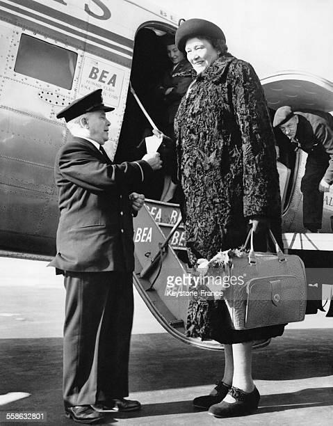 La plus grande femme du monde Miss Katja Van Dyck54 mètres à 43 ans presente ses papiers a l'officier en descendant de l'avion le 26 fevrier 1954 a...