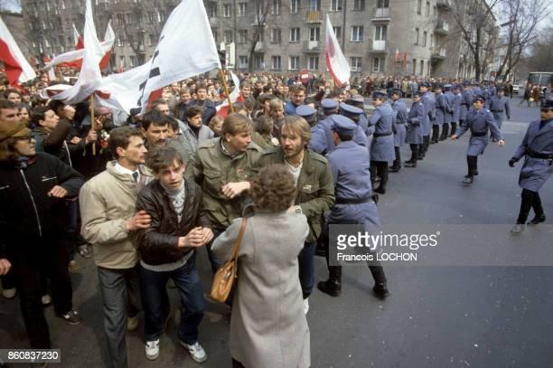 La police contient la foule lors d'une messe à la mémoire du père Jerzy Popieluszko aumônier du syndicat Solidarnosc assassiné en 1984 en présence...