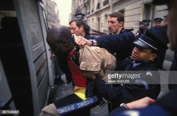 La police procede a l'arrestation du chanteur de reggae Alpha Blondy victime d'une crise de demence le 11 fevrier 1993 a Paris France