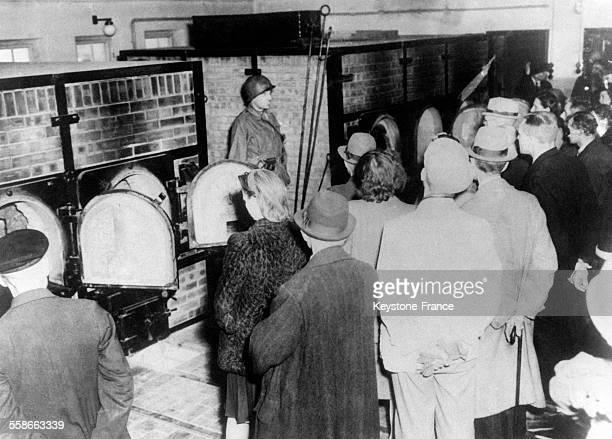 La population civile de Weimar est amenée devant les fours crématoires du camp de Buchenwald où les SS ont incinéré des milliers de leurs victimes à...