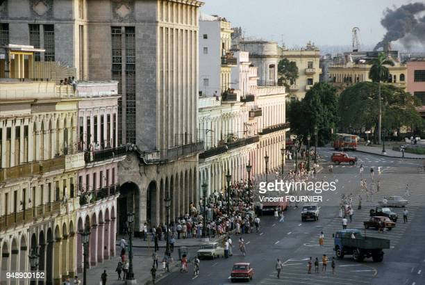 La population fait la queue pour monter dans un autobus en février 1992 à La Havane Cuba