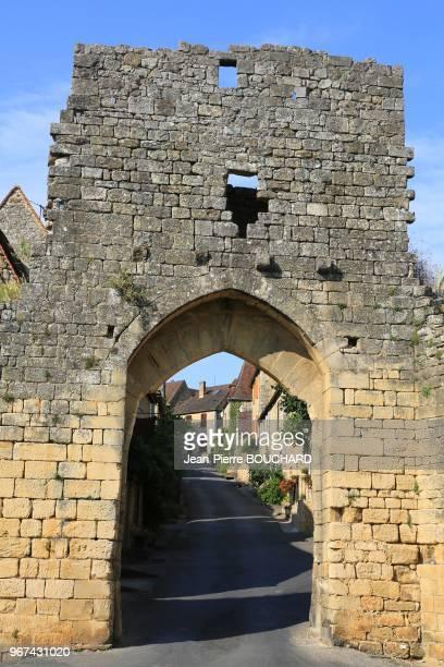 La porte Delbos remparts et meurtrières de la bastide de Domme classée parmi les plus beaux villages de France en Périgord Noir le 16 août 2016...