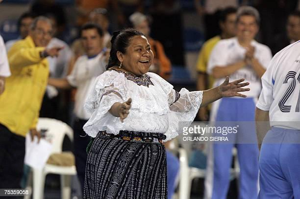 La premio Nobel de la Paz 1992 y candidata presidencial por el partido Encuentro por Guatemala Rigoberta Menchu Tum celebra un gol en Ciudad de...