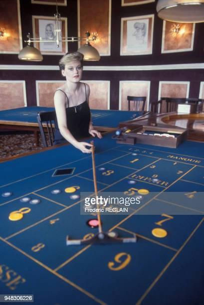 La première femme croupière en France, dans le casino de Ouistreham, Calvados, en mai 1984.