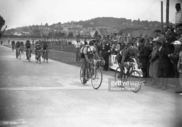 La première étape du Tour de France remportée par l'italien Gino Bartali devant le belge Albéric Schotte à TrouvillesurMer le 30 juin 1948 dans le...