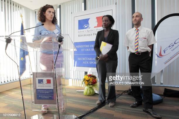 La première viceprésidente de la Fédération sportive gay et lesbienne Christelle Foucault s'exprime le 8 juillet 2010 à Paris lors d'une conférence...