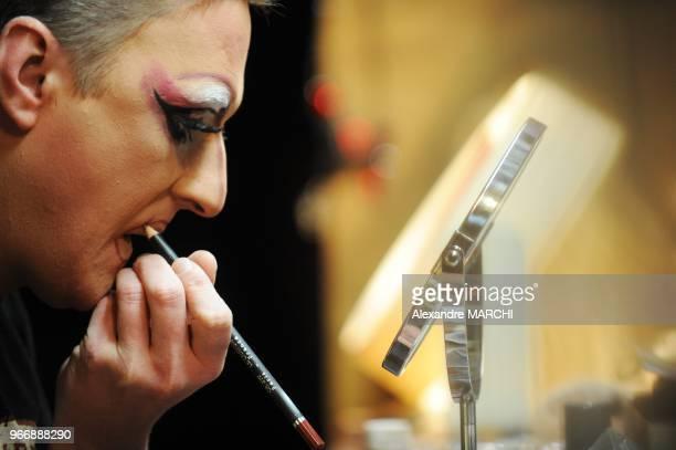 La preparation et le maquillage avant le spectacle du Belcour est 'time' et electrique comme dans les plus grands cabarets parisiens Andre veille aux...