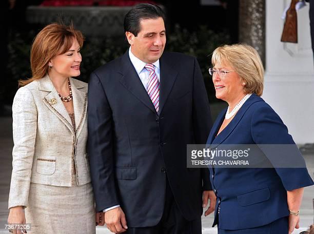 La presidenta de Chile Michelle Bachelet conversa con su homologo de Panama Martin Torrijos y su esposa Vivian Fernandez de Torrijos al llegar el 22...