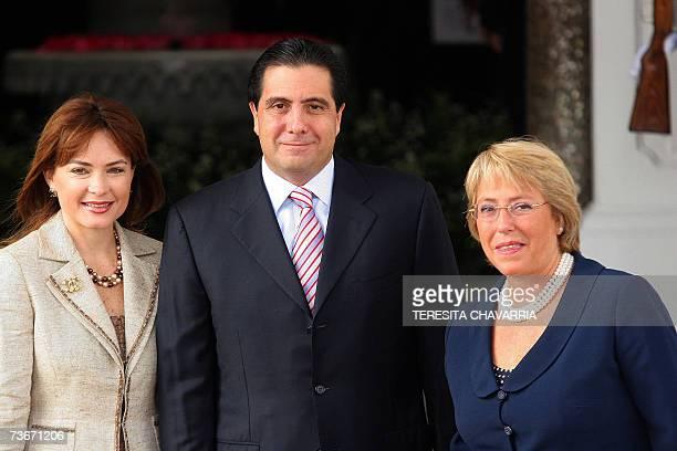 La presidenta de Chile Michelle Bachelet posa para la prensa con su homologo de Panama Martin Torrijos y su esposa Vivian Fernandez de Torrijos al...