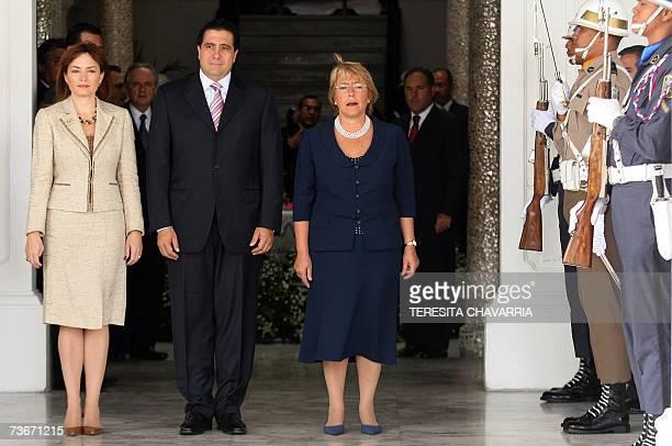 La presidenta de Chile Michelle Bachelet su homologo de Panama Martin Torrijos y su esposa Vivian Fernandez de Torrijos escuchan los himnos...