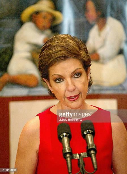 La primera dama mexicana Marta Sahagun de Fox brinda un discurso en la residencia presidencial de Los Pinos en la ciudad de Mexico el 12 de julio de...