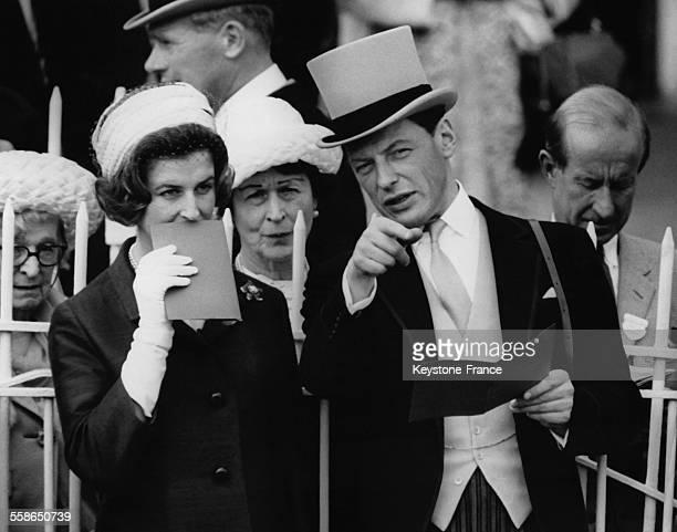 La Princesse Alexandra et son mari Angus Ogilvy assistent a la parade des chevaux avant les courses au Derby d'Epsom, circa 1960 a Epsom, Royaume-Uni.