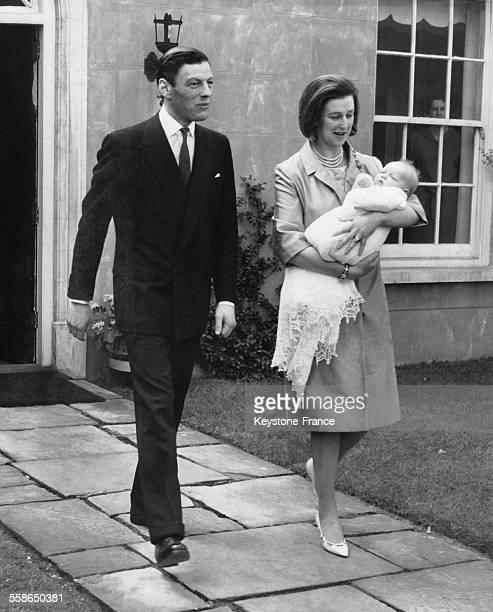 La Princesse Alexandra son epoux Angus Ogilvy et son fils James Ogilvy dans les bras quitte sa residence de Thatched House Lodge pour se rendre au...