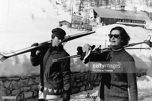 La Princesse Anne avec Lady Susan Hussey dame d'honneur de la Reine Elizabeth porte ses skis sur l'épaule le 23 mars 1969 à Val d'Isère France
