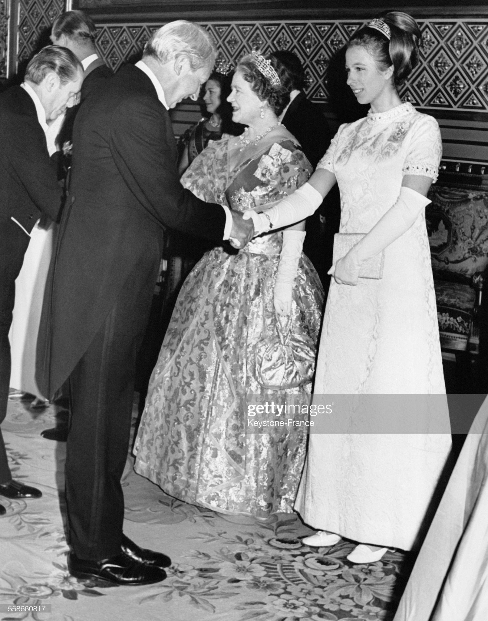 La Princesse Anne et la Reine Mère Elizabeth saluent des diplomates étrangers : News Photo