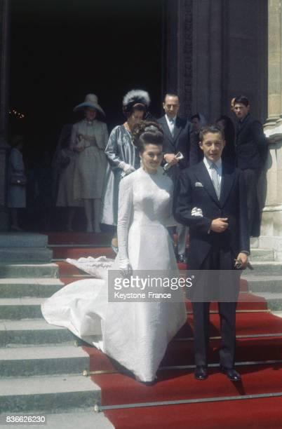 La princesse Anne d'Orléans et le Prince Carlos de Bourbon des Deux Siciles à la sortie de la Chapelle royale SaintLouis de Dreux France où fut...
