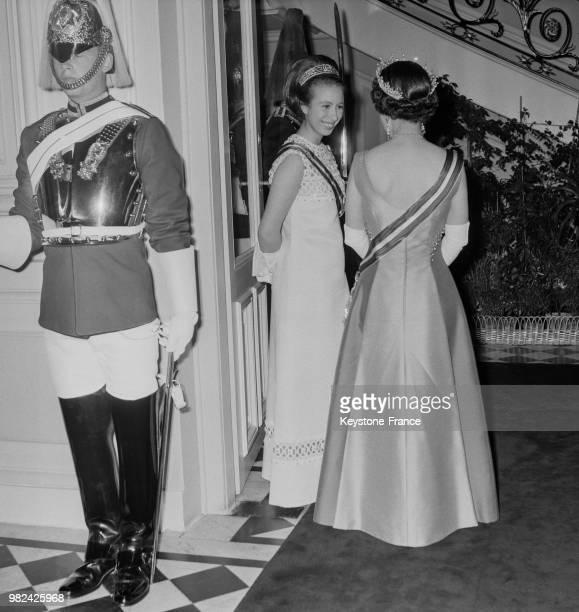 La princesse Anne et la reine Elisabeth II lors d'une réception à l'ambassade britannique à Vienne en Autriche le 9 mai 1969