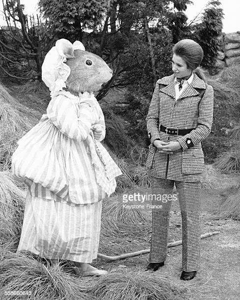 La Princesse Anne et l'un des personnages de 'Tales of Beatrix Potter' dguis en souris sur le tournage du film tir des contes le 5 novembre 1970 au...