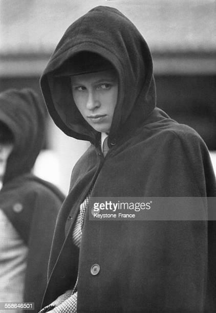 La Princesse Anne porte un capuchon lors des portes ouvertes equestres organisees par son ecole le 10 juillet 1965 a Benenden RoyaumeUni