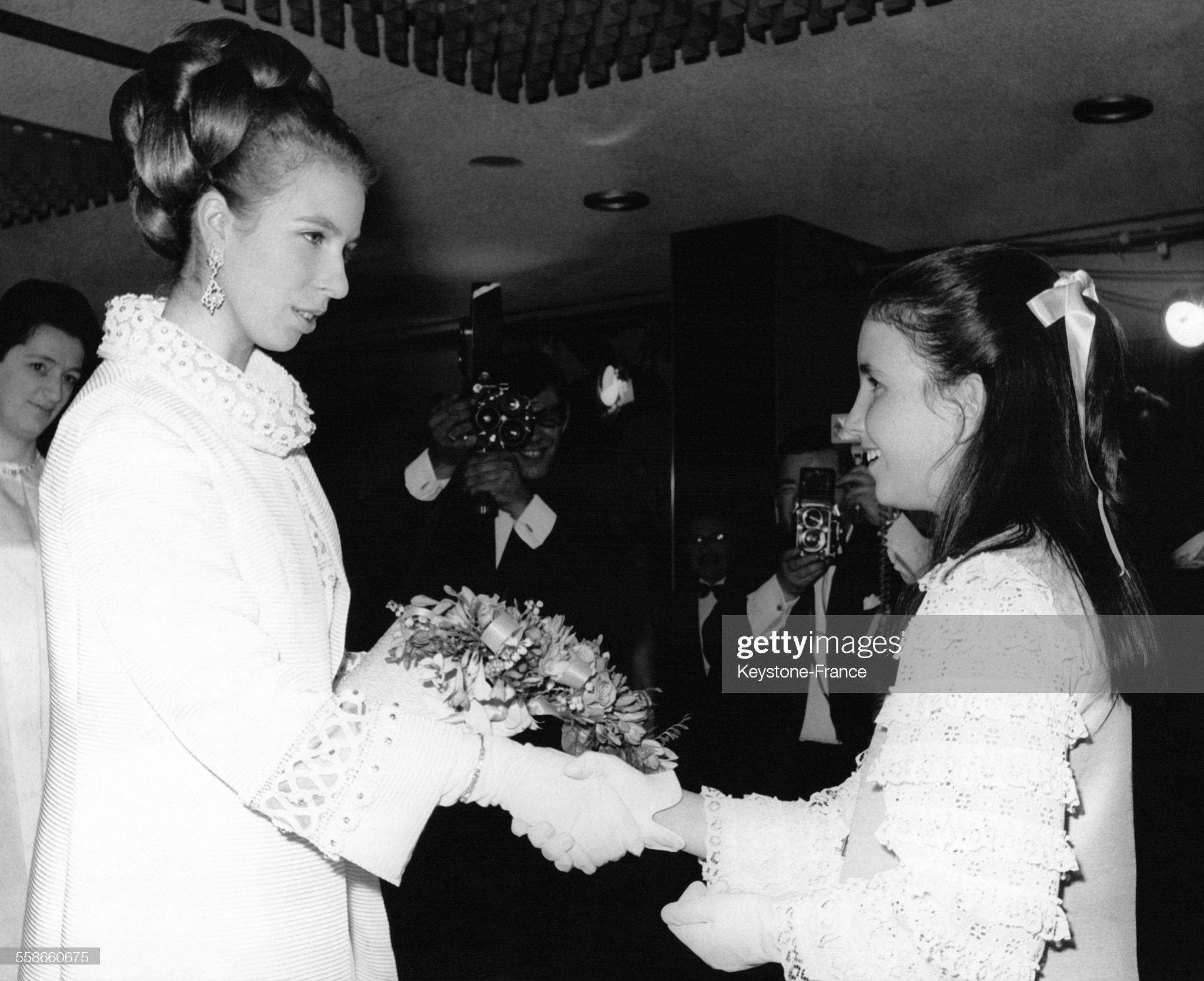 La Princesse Anne reçoit un bouquet de fleurs : News Photo