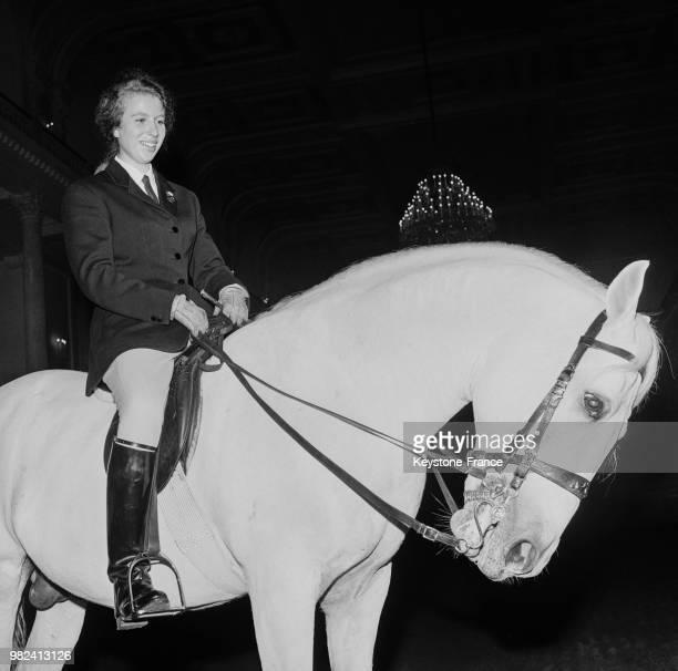 La princesse Anne sur un étalon lipizzner à l'école d'équitation espagnole à Vienne en Autriche le 8 mai 1969