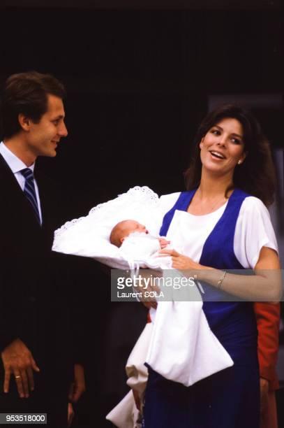 La princesse Caroline accompagnée de son mari Stefano Casiraghi porte dans ses bras le petit prince Andre à sa sortie de la maternité à Monaco le 10...