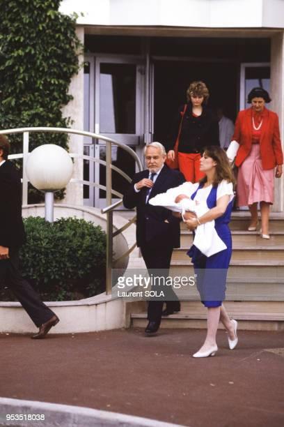 La princesse Caroline accompagnée du prince Rainier porte dans ses bras le petit prince Andre à sa sortie de la maternité à Monaco le 10 juin 1984