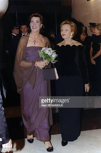 La Princesse Caroline arrive en compagnie d'Irène Faggionato au défilé Dior organisé au profit de l'association Soeur Marie, le 23 octobre 1998, à...