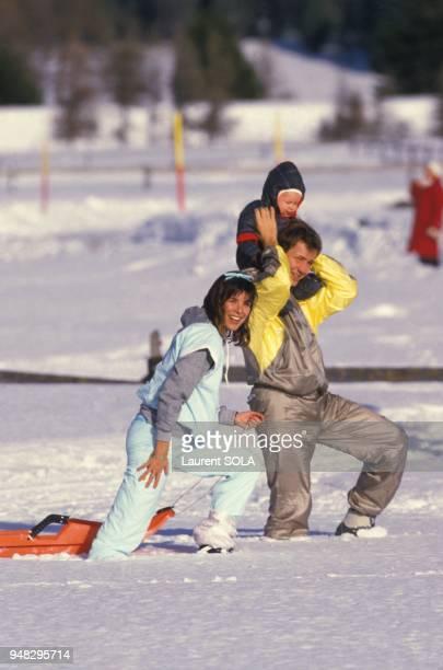 La Princesse Caroline de Monaco avec son epoux Stefano Casiraghi et leur fils Andrea aux sports d'hiver le 2 fevrier 1985 a SaintMoritz Suisse