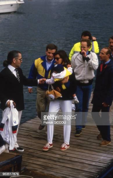 La princesse Caroline de Monaco avec son fils Andrea et le styliste Karl Lagerfeld le 12 mai 1985 à Monaco