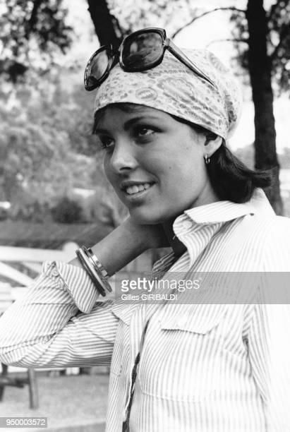 La Princesse Caroline de Monaco pose avec lunettes de soleil et foulard sur la tête au Palm Beach de Cannes en juillet 1973 France