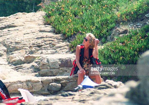 La princesse de Galles Lady Diana, patiente dans le petit port de la somptueuse propriete que possede son ami, le cheik Al Fayed à Saint-Tropez,...