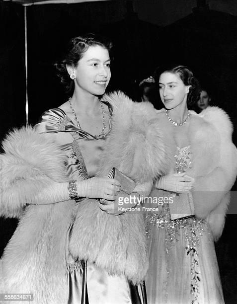 La Princesse Elisabeth et la Princesse Margaret arrivent pour assister au Royal Command Performance le 7 novembre 1949 a Londres RoyaumeUni