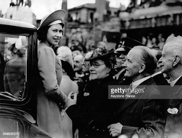 La Princesse Elisabeth souriante descend de la voiture acclamee par la foule le 9 mai 1945 a Londres RoyaumeUni