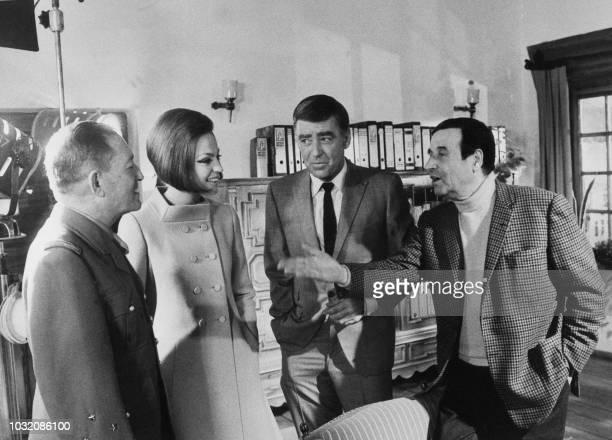 La princesse et l'actrice italienne Ira de Furstenberg pose en compagnie de l'acteur britannique Peter Lawford le général français François Binoche...