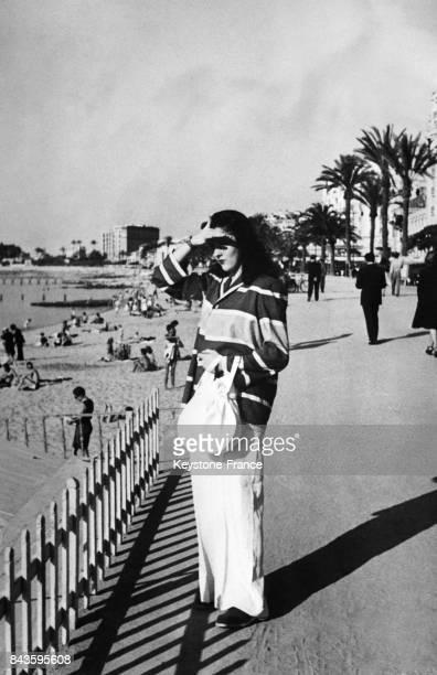 La princesse Faouzia Faoud soeur du roi Farouk d'Egypte photographiée sur la croisette à Cannes France en 1946