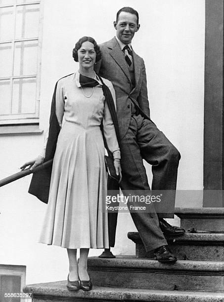 La princesse Feodora de Danemark photographiée avec son fiancé le prince Christian de SchaumburgLippe au Château de Fredenborg Copenhague Danemark le...